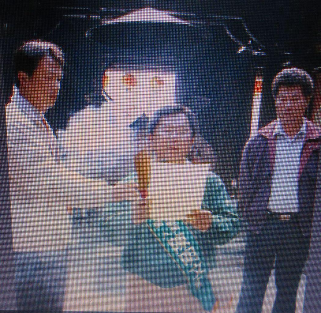 2001年陳明文競選嘉義縣長時,跪在媽祖前發誓未買票。 記者魯永明/翻攝