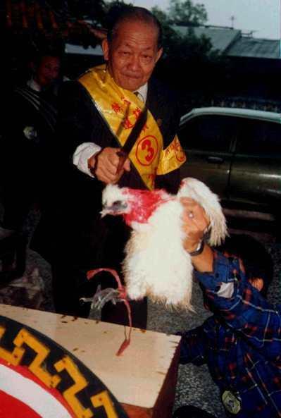 1989年宜蘭省議員候選人謝報在冬山永安宮廟前斬雞頭發誓,澄清謠言。 圖/聯合報...