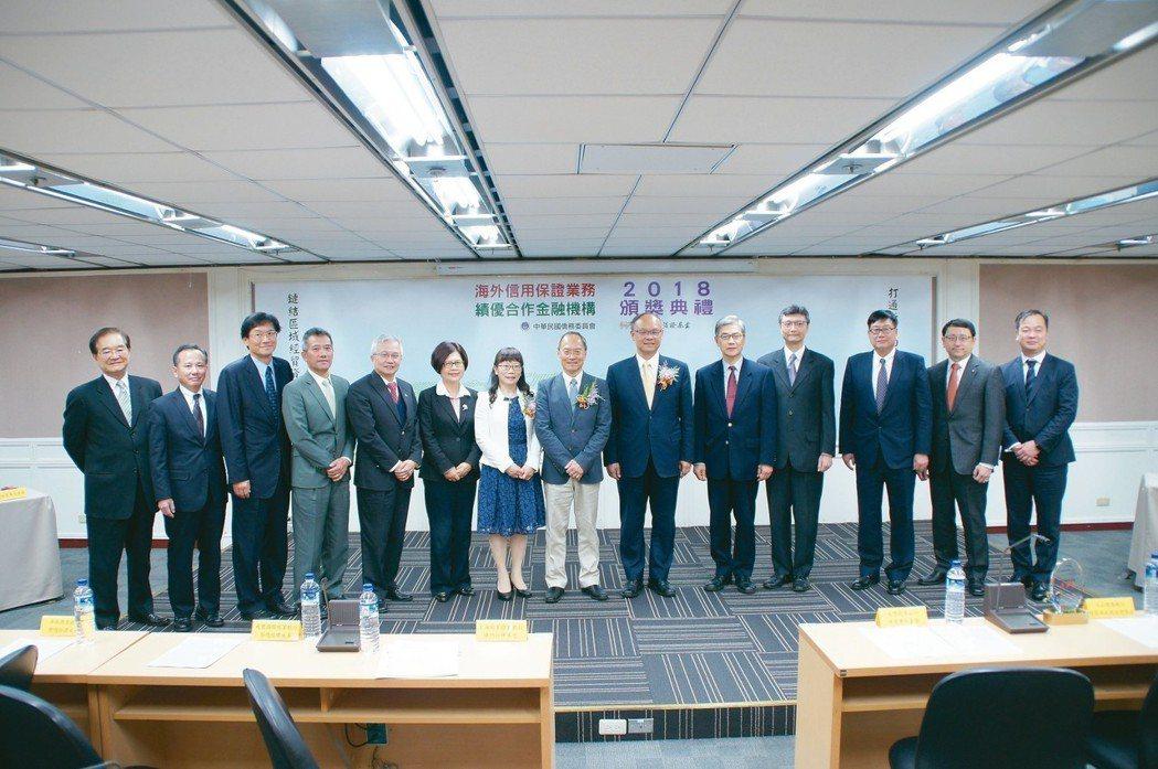 僑委會委員長吳新興(左八)和與會貴賓合影。 海外信保基金/提供