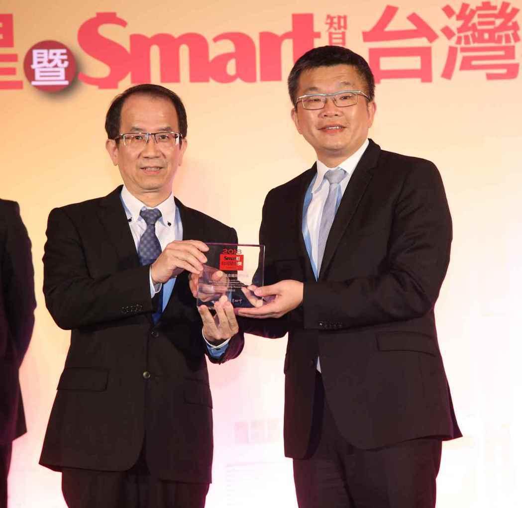 復華投信獲頒Smart股票型基金團隊研究大獎,由該公司總經理周輝啟(左)代表領獎...