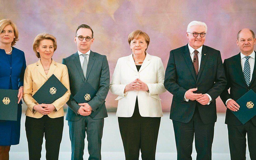 梅克爾(右三)14日在德國總統史坦梅爾(右二)主持下宣誓就職,開始第四個任期。前...