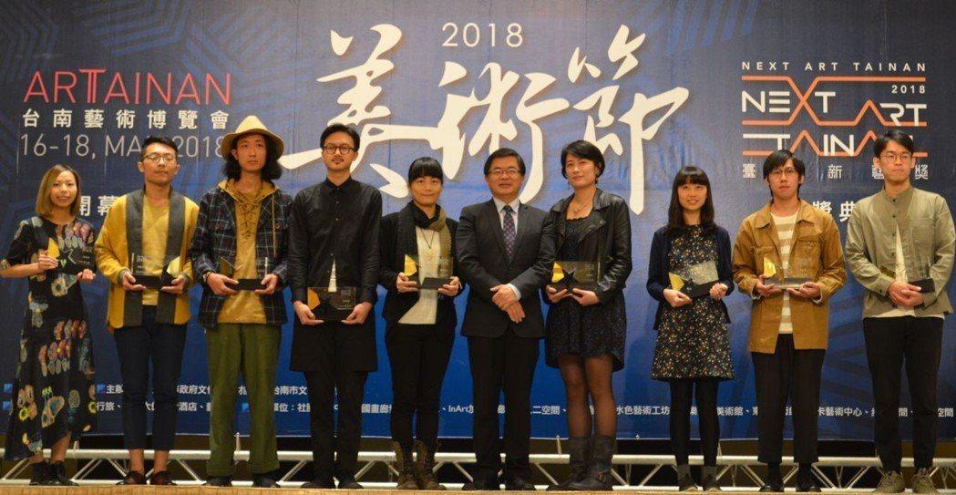 李孟諺市長頒獎給10位新藝獎的新秀得主後合影。  陳慧明 攝影
