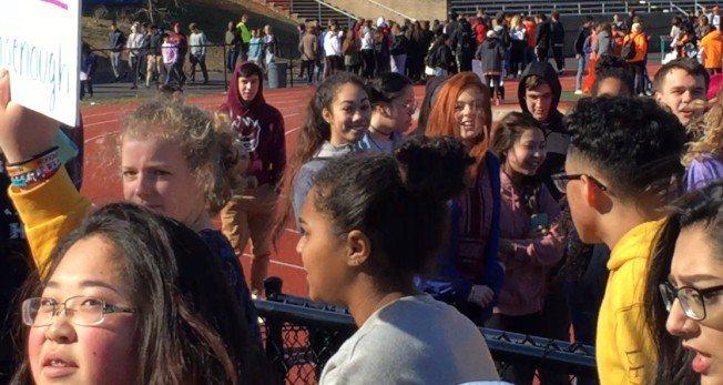 費爾法克斯郡採「不鼓勵不反對」立場,圖是費郡南湖高中的變通式Walkout。 特...