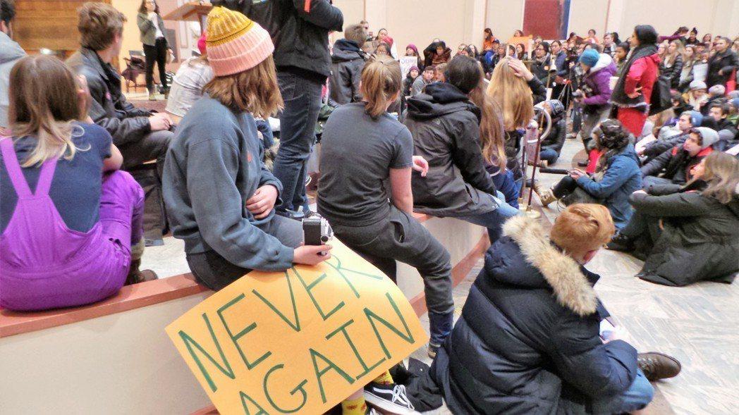 雖然美國麻州東部學區14日都因前一天的大風雪停課,使得參與全國性「走出教室」行動...