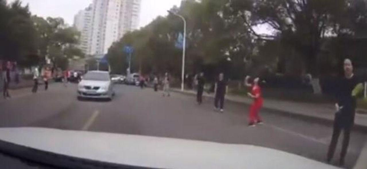 溫州晨練者橫跨馬路打羽毛球。圖/擷自騰訊網