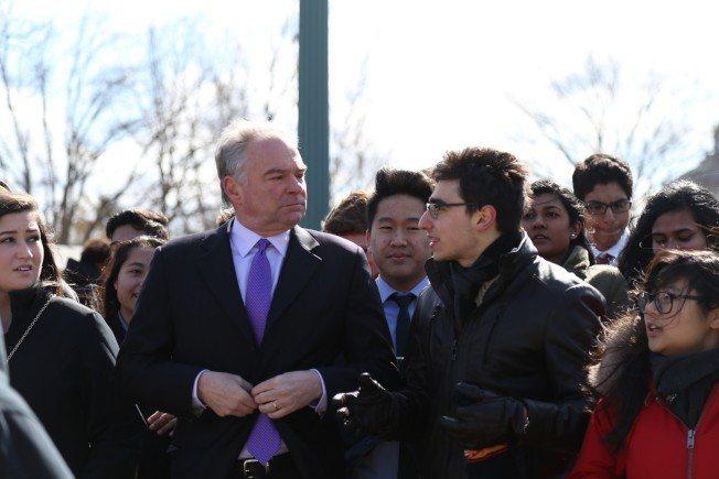 維州參議員肯恩(左)陪同維州本地高中生一起遊行至國會前的大草坪參加示威集會。 記...