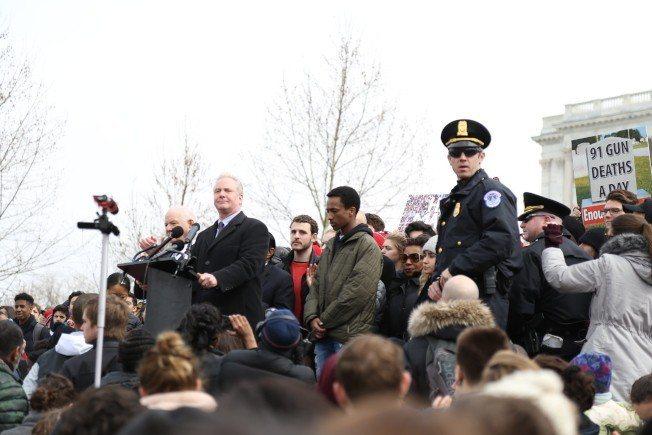 全美3000多所高中的學生參與「全國學生罷課」示威活動,大華府本地高中的千名學生...