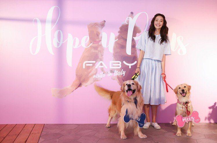 王心恬與愛犬Mumu、Meiz梅子。圖/FABY提供