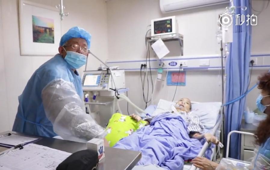 奶奶幫罹漸凍症的老伴按摩。取自梨視頻