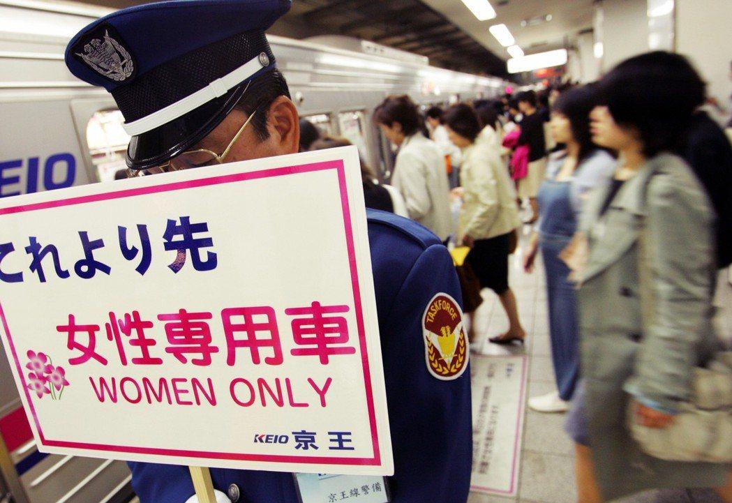 全日本已經有32家鐵道公司、共87條路線列車設有女性專用車廂,幾乎涵蓋首都圈及京...