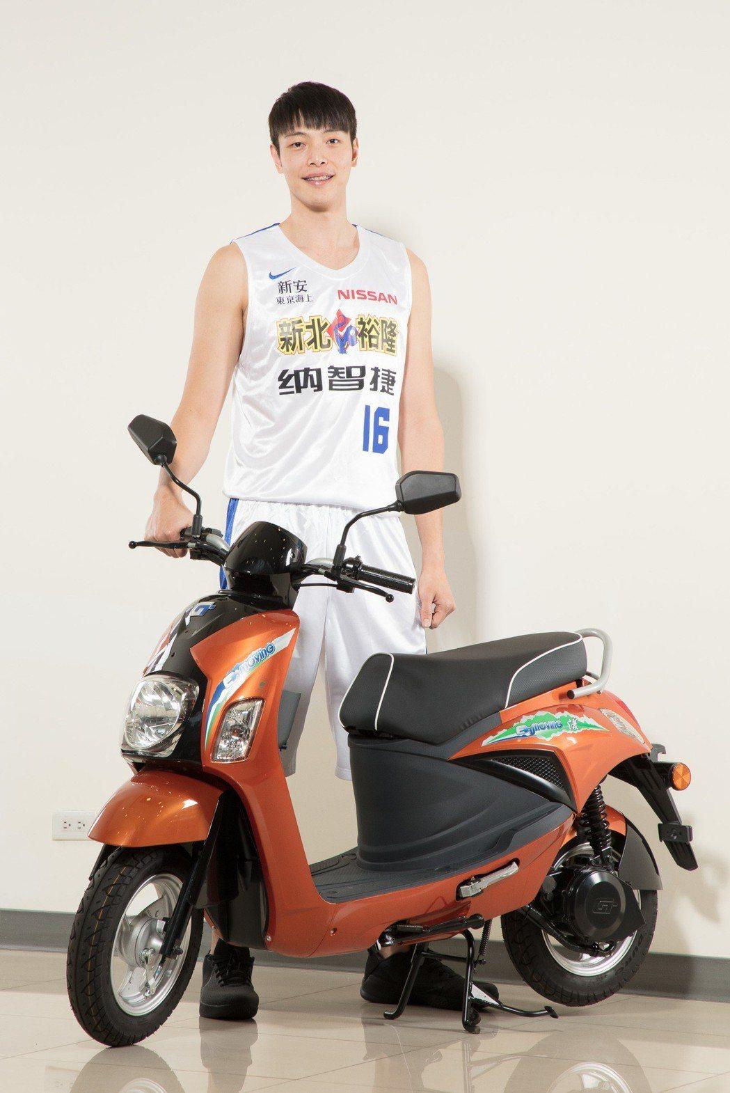 中華汽車為裕隆納智捷籃球隊加油,新生代好手潘冠翰驚艷emving電動機車安靜無聲的特性。 圖/中華汽車提供