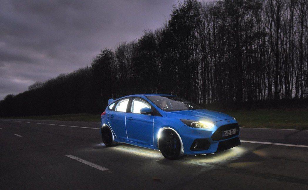Ford客製化改裝一輛Ford Focus RS,可將駕駛者的情緒即時反映在外部車身。 圖/Ford提供