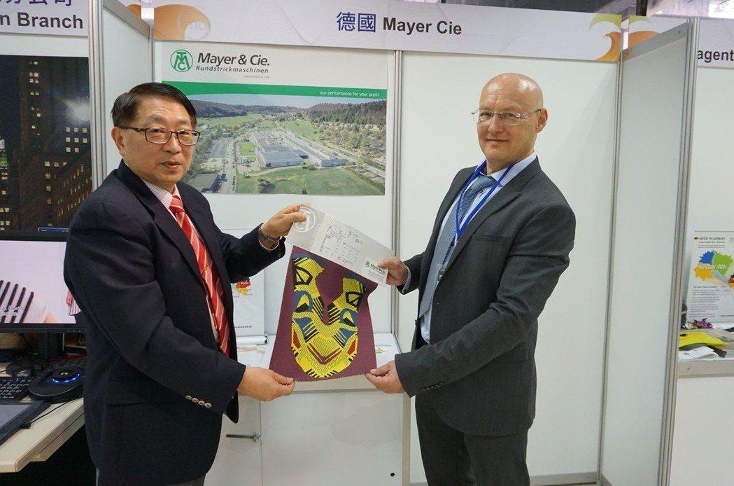 德國百年圓編機公司Mayer Cie經理Hardy Buhler(右)秀織造出來...