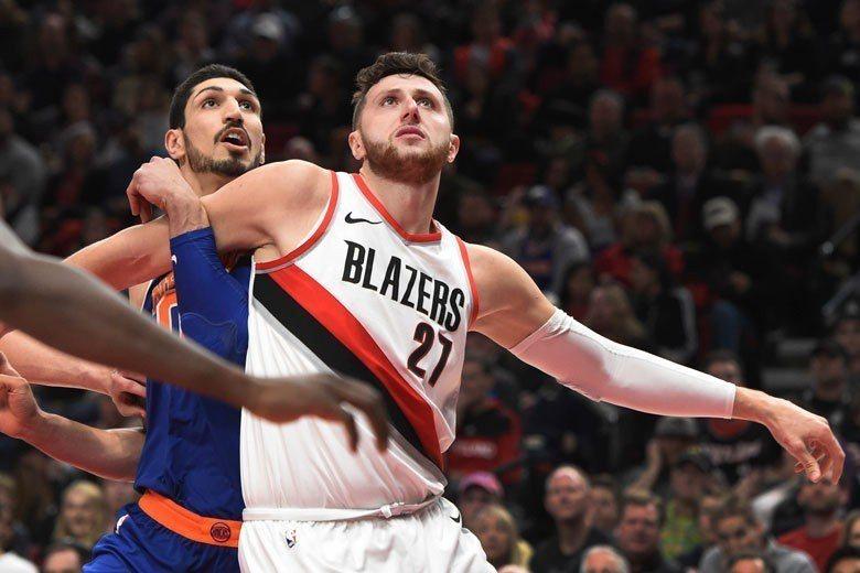 籃網中鋒諾基奇(右)搶籃板的功力並不是特別強,還好其他隊友相當積極地幫忙。 美聯...