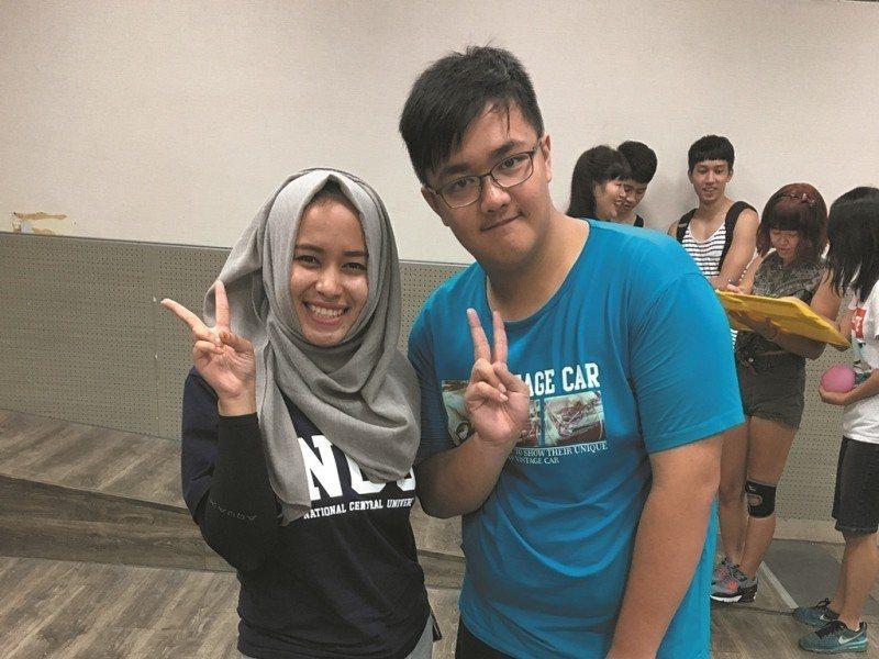 趙天佑(右)趁甄選前考多益,宣告已備好「讀大學」所需英語力。(照片提供/趙天佑)
