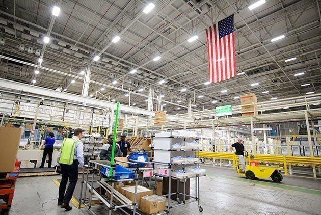 奇異家電廠裡,一幅美國國旗高高懸掛,標誌著曾經外包的家電生產線,如今已經移回美國...