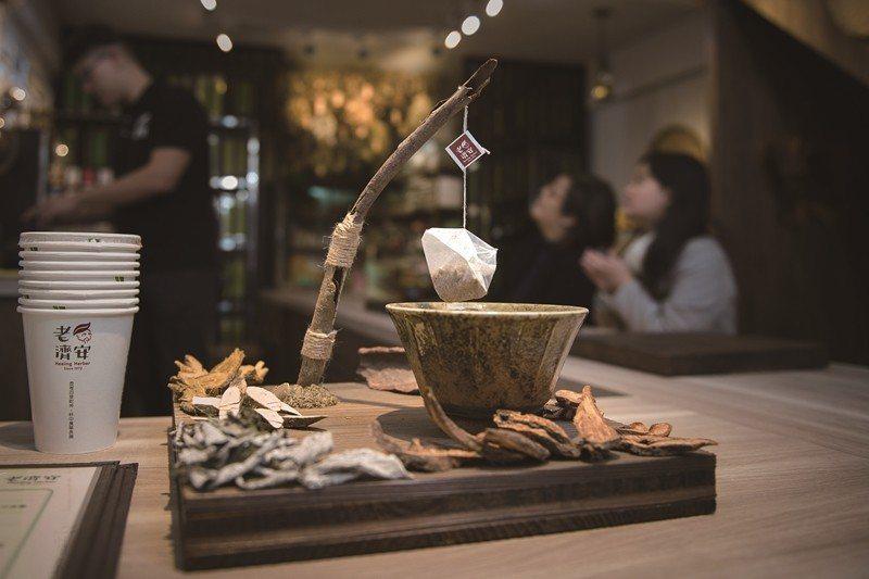 老済安青草店は入れ立ての薬草茶スタンドとして生まれ変わり、薬草茶づくりも楽しめま...