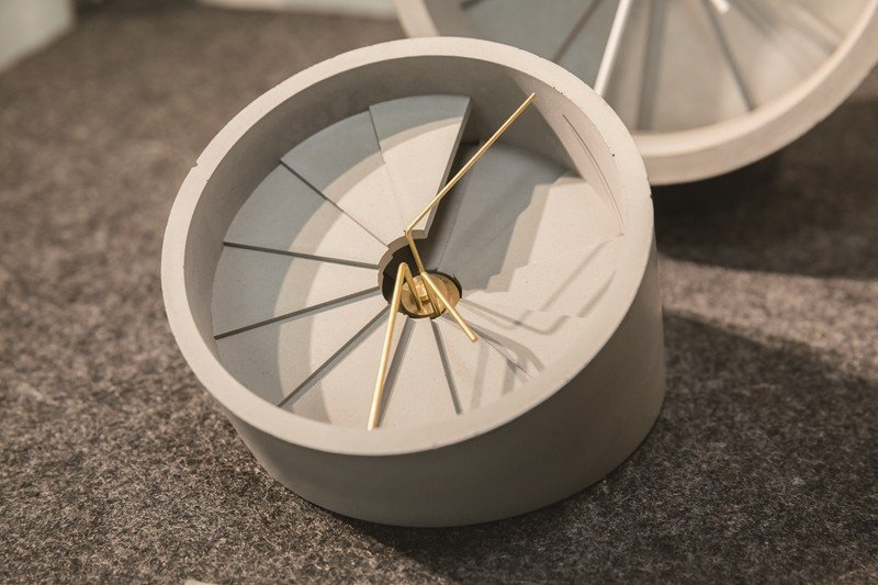 硬く冷たいコンクリートが創造力によって温かみのある時計になります。(写真/劉徳媛...