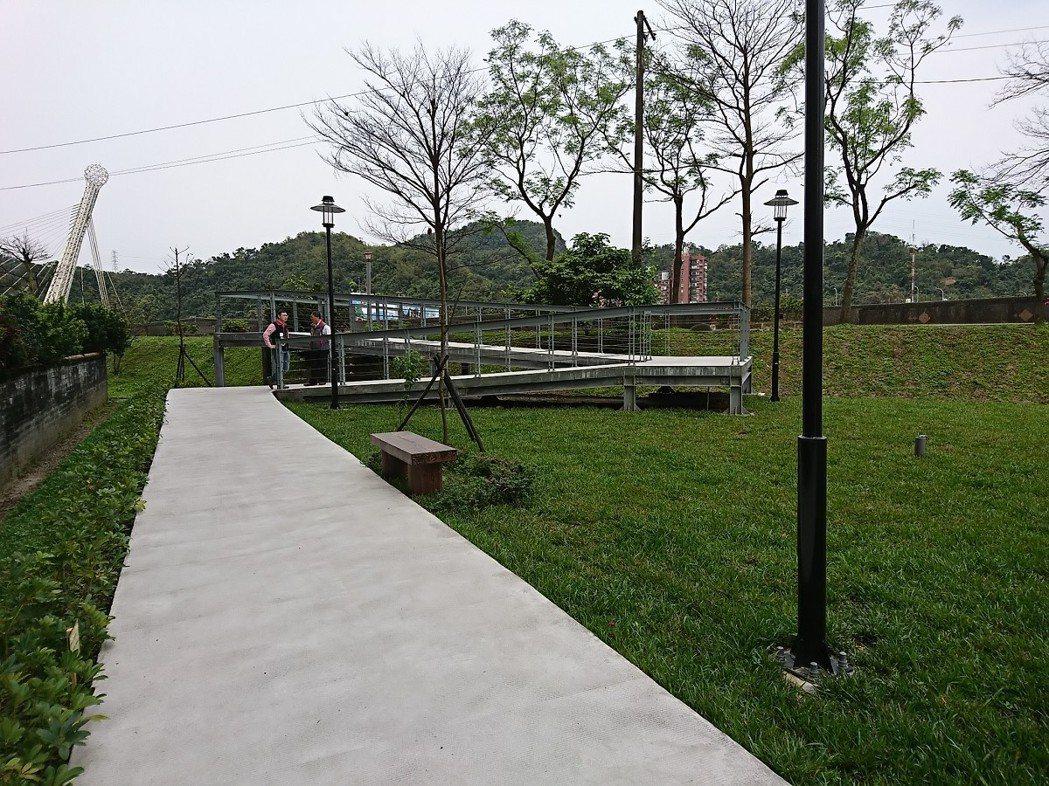 汐止鄉長路一段55巷開闢為公園,施作無障礙坡道連接到基隆河步道,方便推娃娃車及輪...