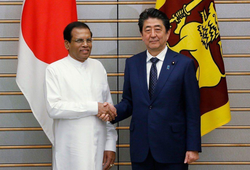 日本首相安倍晉三(右)14日會見斯里蘭卡總統H. E. Mr. Maithrip...