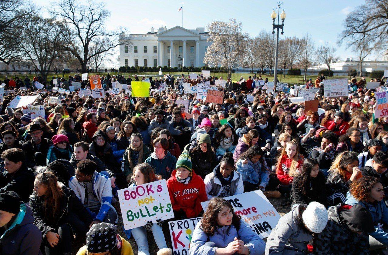 全美學生14日走出教室抗議槍枝暴力,要求立法者通過新的槍枝法案來提高校園安全。在...