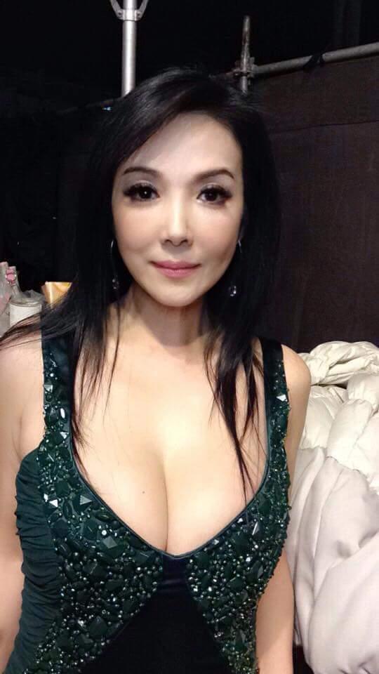 丁國琳po出巨乳深溝照。圖/摘自臉書