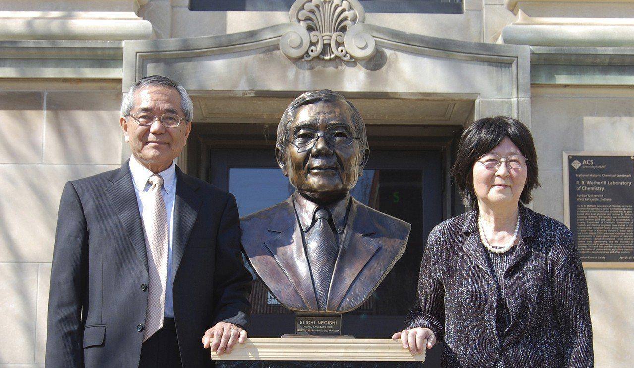 2010年諾貝爾化學獎得主日裔教授根岸英一夫妻2014年在普渡大學樹立的根岸銅像...