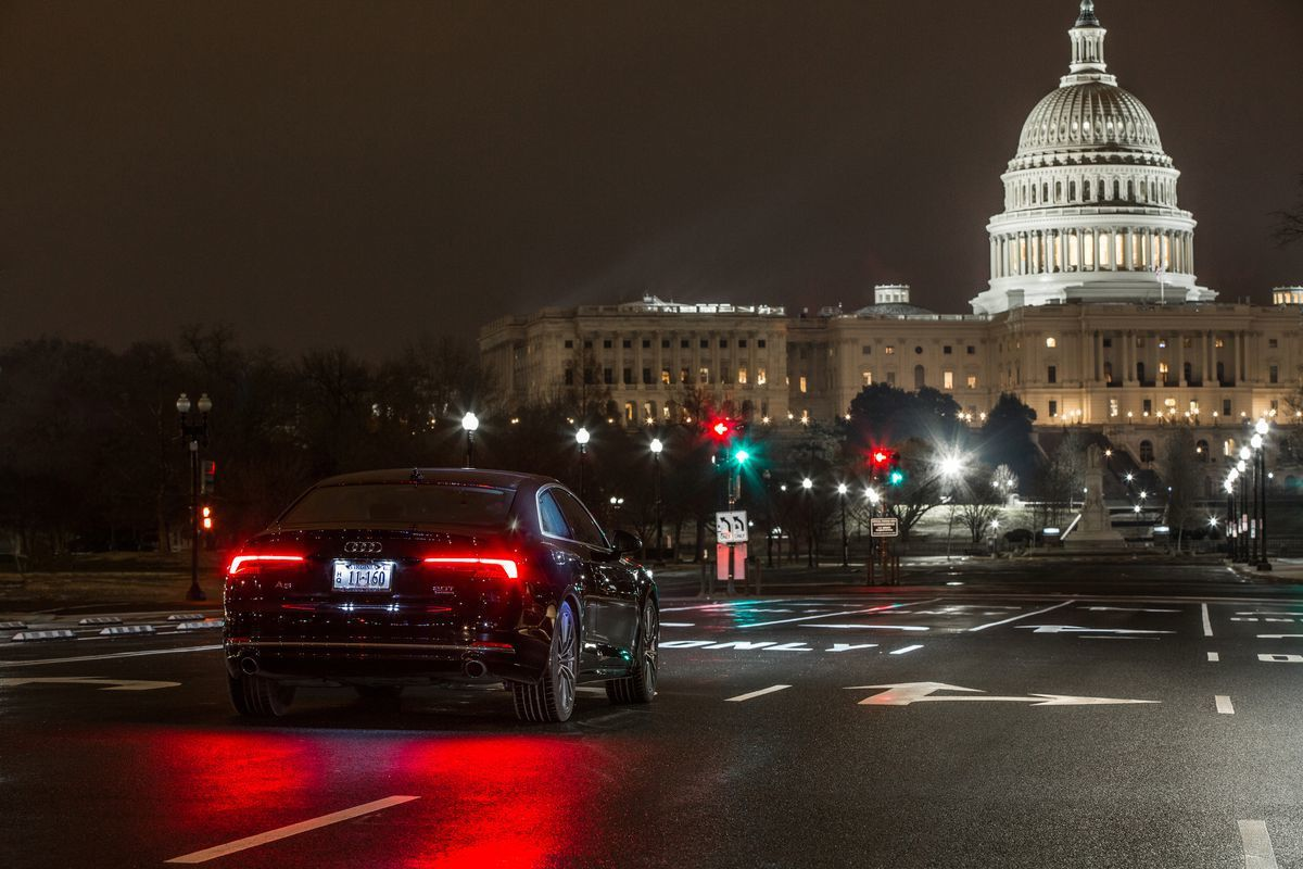 奧迪汽車的交通號誌辨識資訊系統14日部署至華府,駕駛可從儀表板獲知燈號變換時間。...