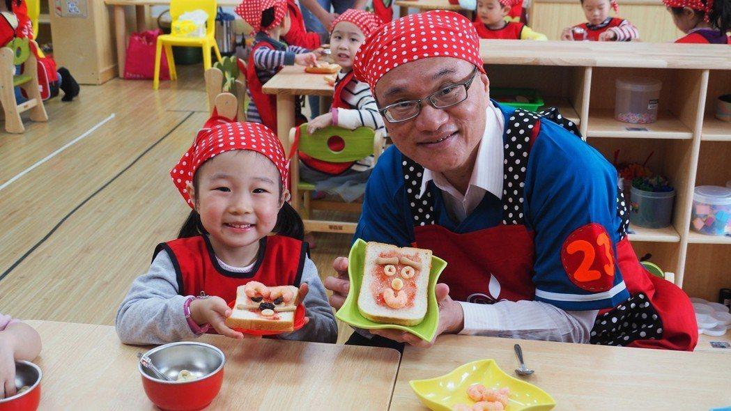 設立在武功國小內的文修非營利幼兒園昨開幕,教育局長曾燦金到場和學童一起上課手作土...