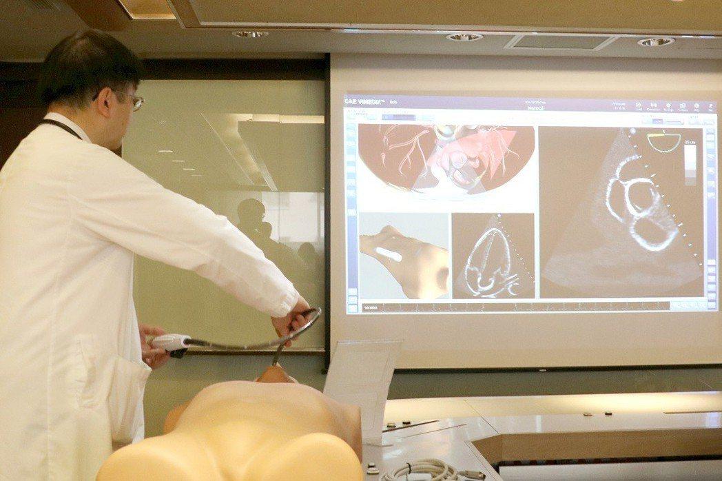 羅東博愛醫院心臟血管中心主任許育誠示範操作高階心臟超音波模擬器,他表示此舉將讓醫...