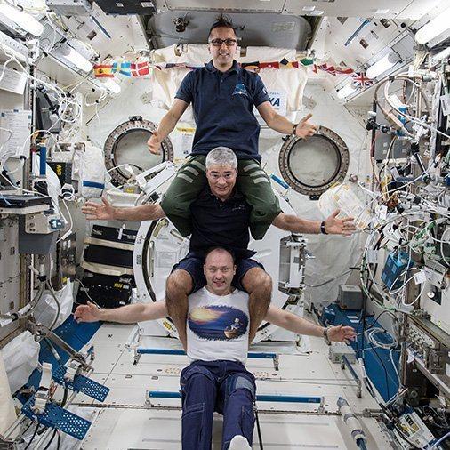 遠征54隊太空人──阿卡巴(上)、海伊(中)及米蘇爾金,2月25日在國際太空站合...