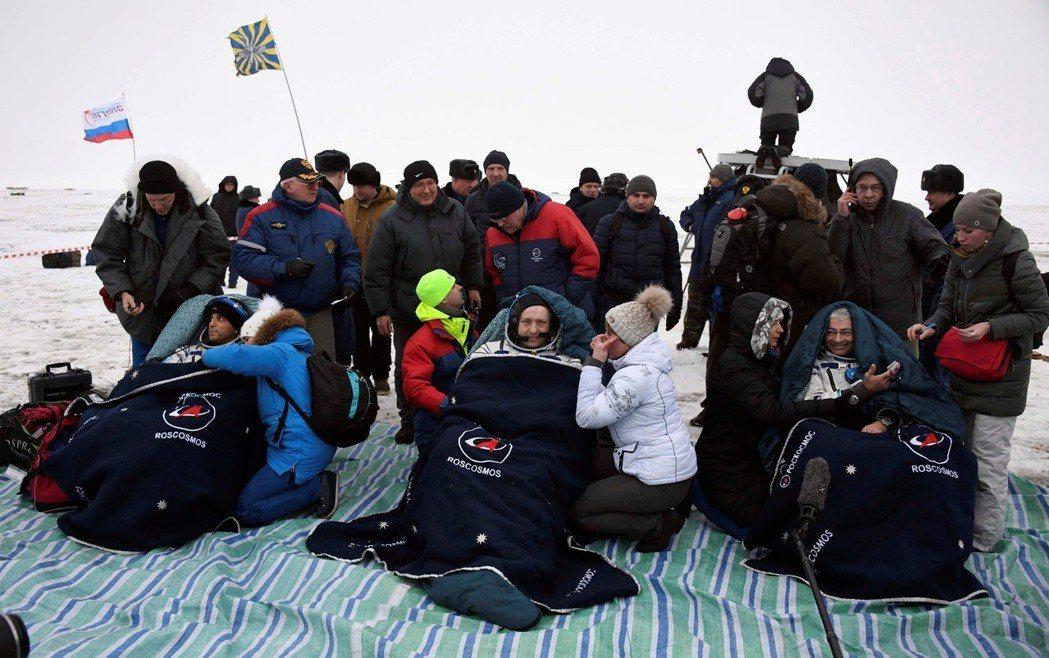 太空人阿卡巴(左)、米蘇爾金(中)及海伊,2月28日搭乘太空船,順利降落在哈薩克...