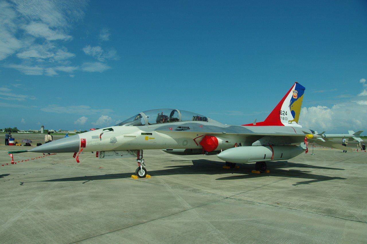 經國號戰機,機砲射口在左側座艙旁。記者程嘉文/攝影