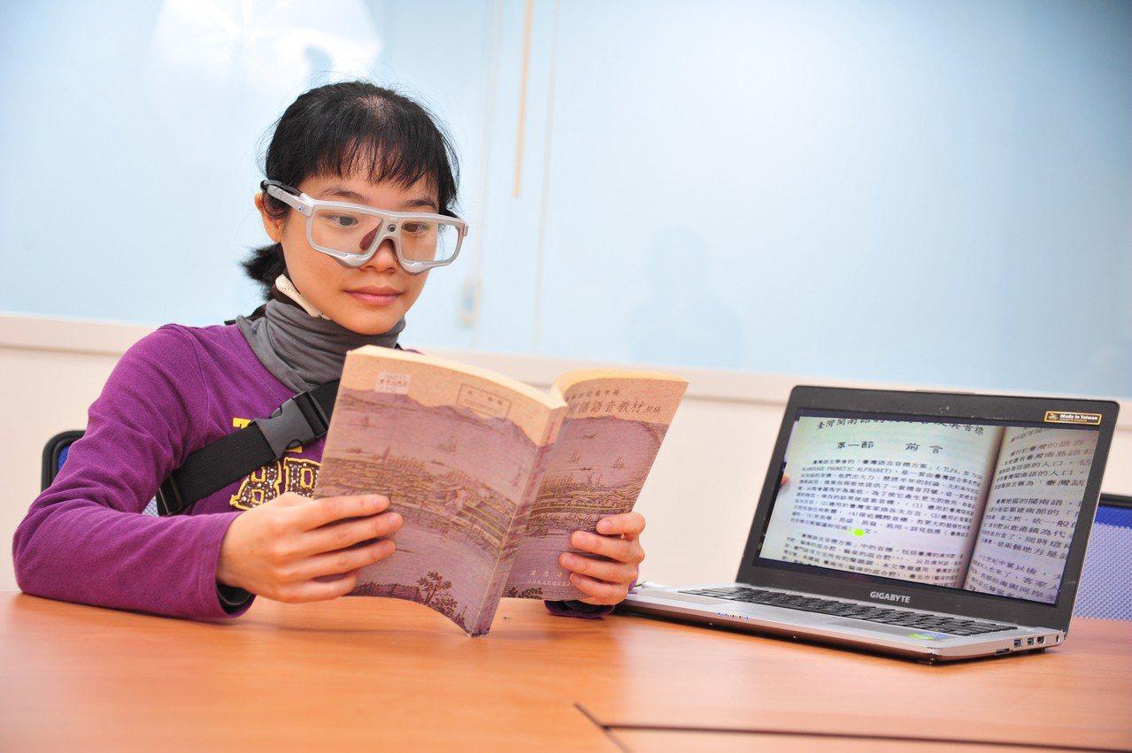 清華竹師教育學院讓學生戴上眼動儀,追蹤閱讀時的視線路徑。圖/清華大學提供