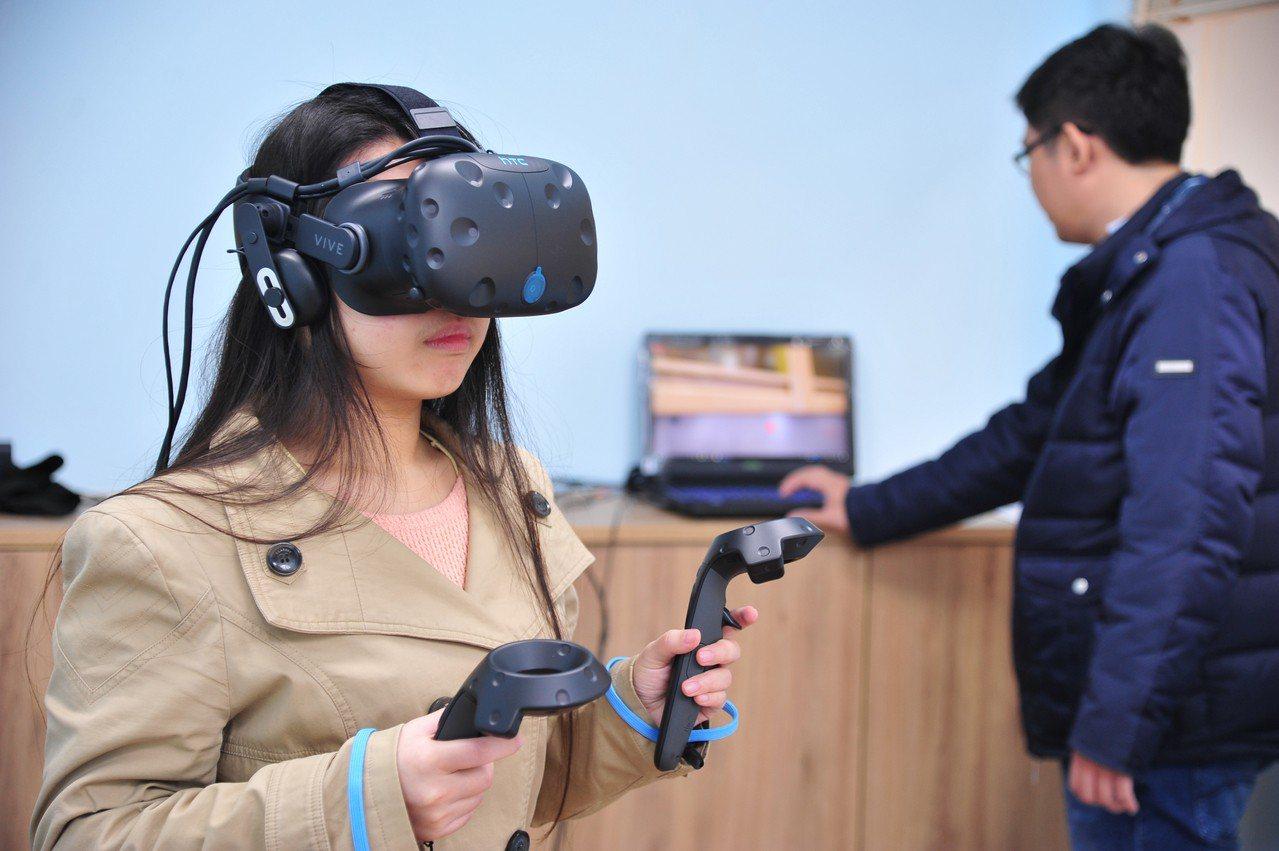 清華竹師教育學院運用VR眼動儀記錄學習歷程的生理證據。圖/清華大學提供