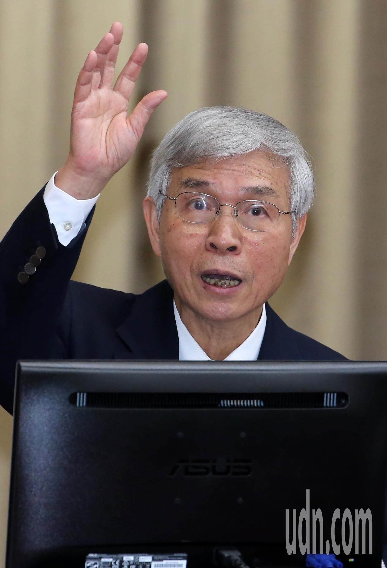 央行總裁楊金龍上午出席立法院財政委員會進行業務報告並備詢,這也是他擔任總裁後首度...