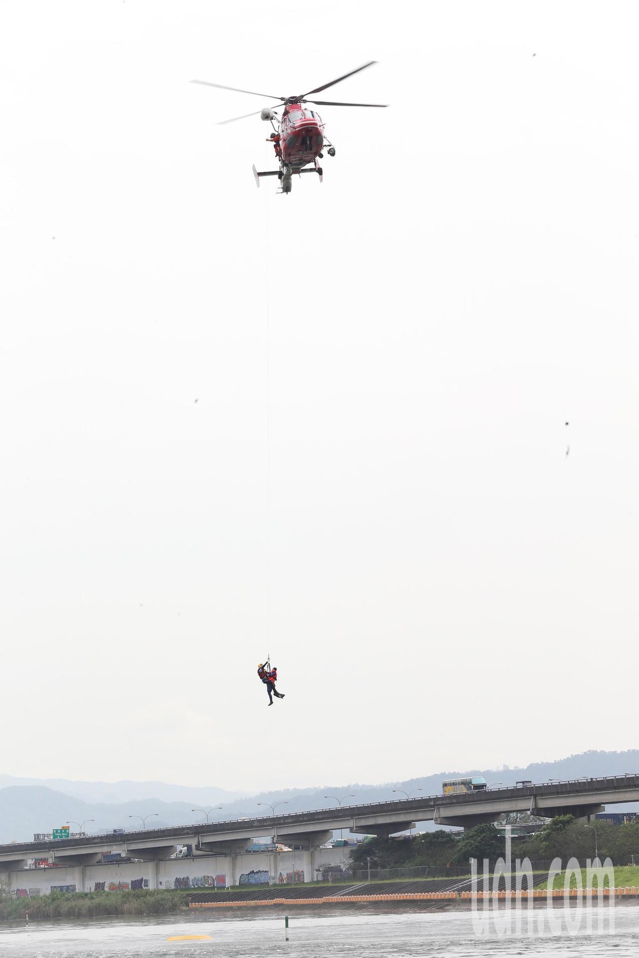 台北市政府107年災害防救演習-水災災害防汛演練,空勤總隊直昇機將落水民眾吊掛上...