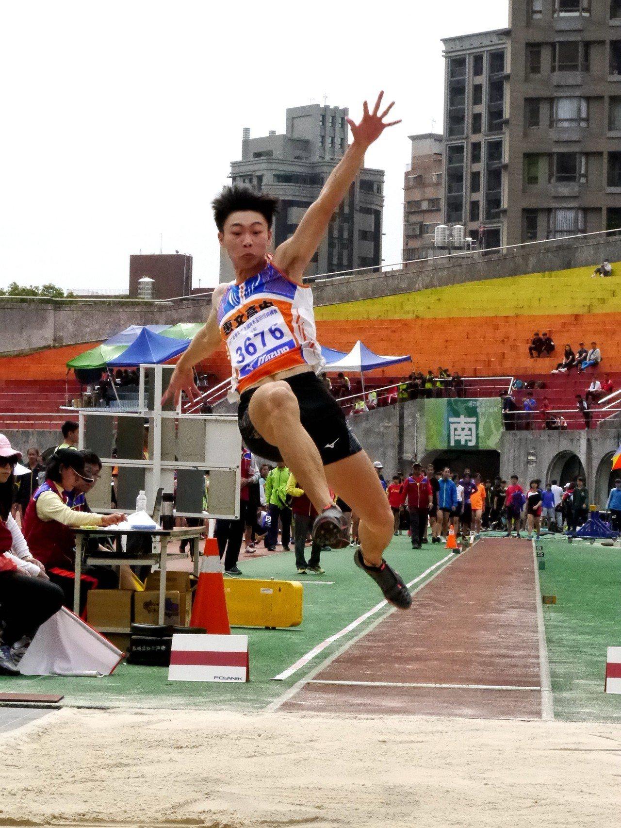 惠文高中文華佑跳出7公尺69成績,打破高懸32年的U18全國紀錄。記者劉肇育/攝...
