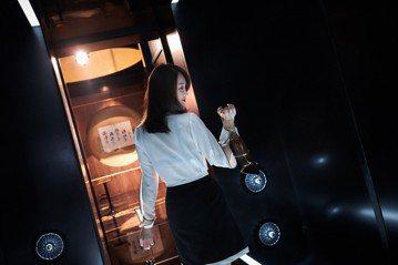 喜劇新片「市長夫人的秘密」釋出首波預告與首波海報,正式公佈電影由張少懷、柯佳嬿、明道、陳喬恩聯合演出。在一分鐘的首波預告中,看見由明道飾演的市長特助,一身黑西裝帥氣走進廁所,卻猛然從背後貼上正在小便...
