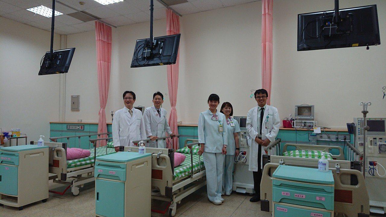 衛福部台南醫院新化分院血液透析室今啟用,空間挑高寛敞明亮。記者吳淑玲/攝影