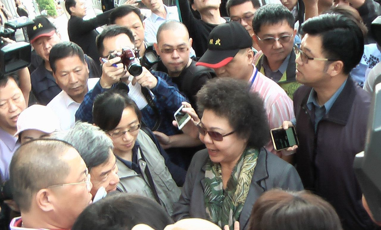 對於高雄市家長聯盟提出增加性平會家長代表名額的要求,市長陳菊(前中)表示了解家長...