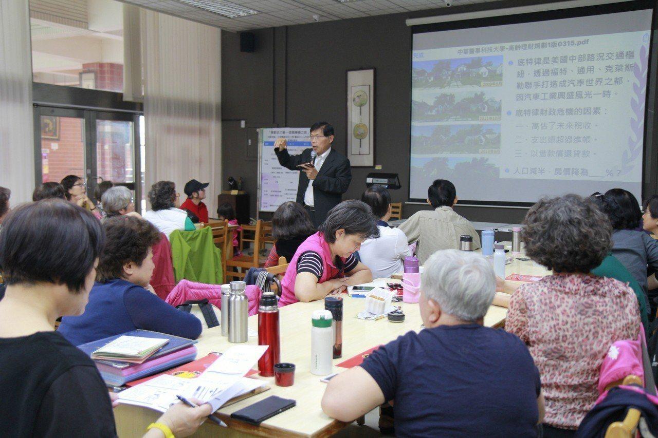 中華醫科大樂齡今天開學,校長曾信超為學生上投資課。圖/中華醫事科大提供