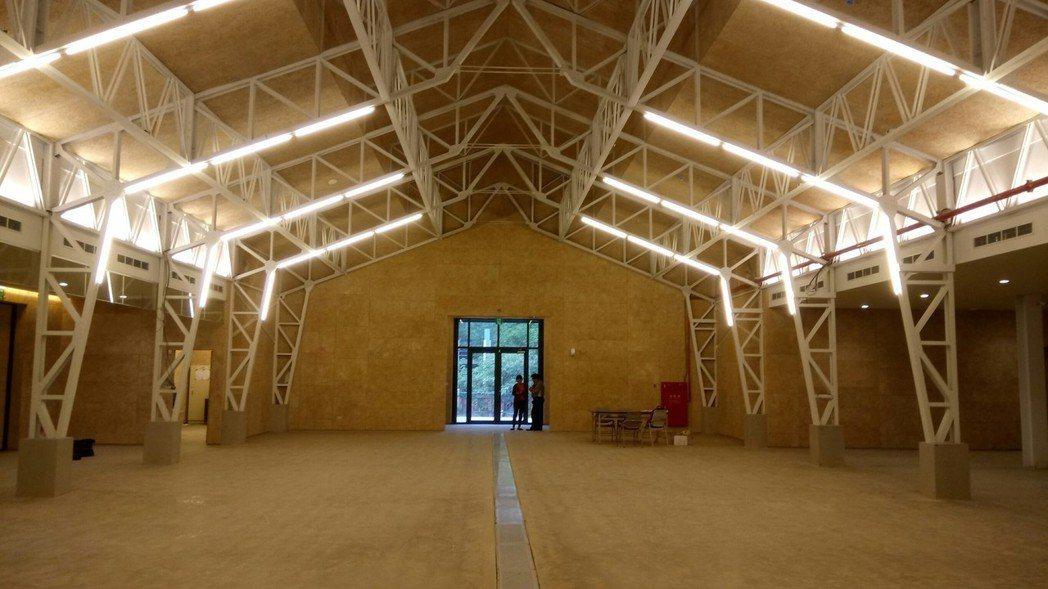 新竹市風 live house保留空軍工程聯隊禮堂原有鋼樑形式,將牆面、地板與屋...