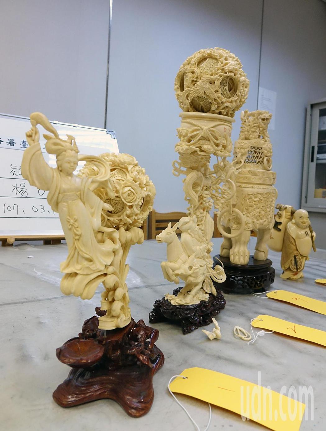 海關下午在桃園機場查獲楊男企圖夾帶藝品闖關,在行李內查獲四件疑似象牙雕刻品,總淨...