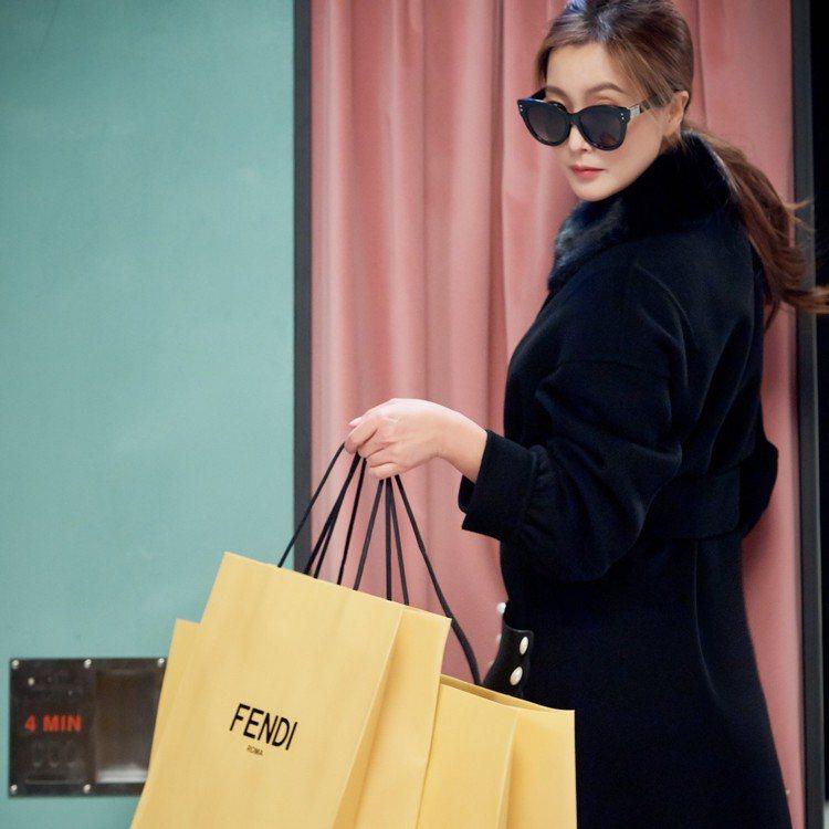 金喜善在形象廣告中也展現現代女性機敏高冷的特質。圖/FENDI提供