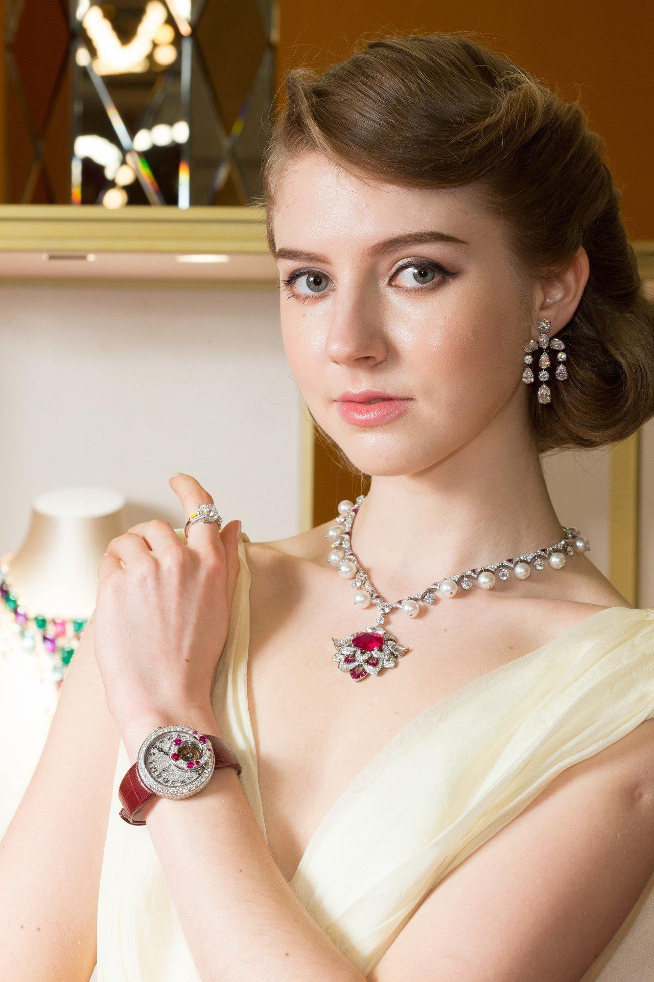 模特兒展示BVLGARI FESTA係列寶格麗頂級珠寶,其中的「羅馬之心」紅寶石...