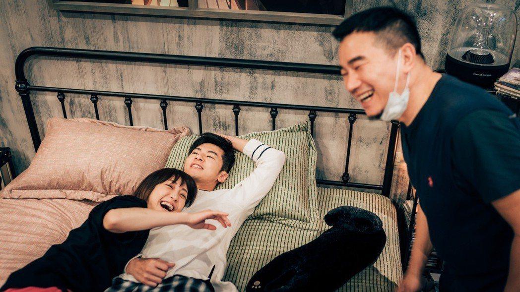 謝欣穎(左)與李國毅拍床戲,導演都笑翻。圖/歐銻銻娛樂提供
