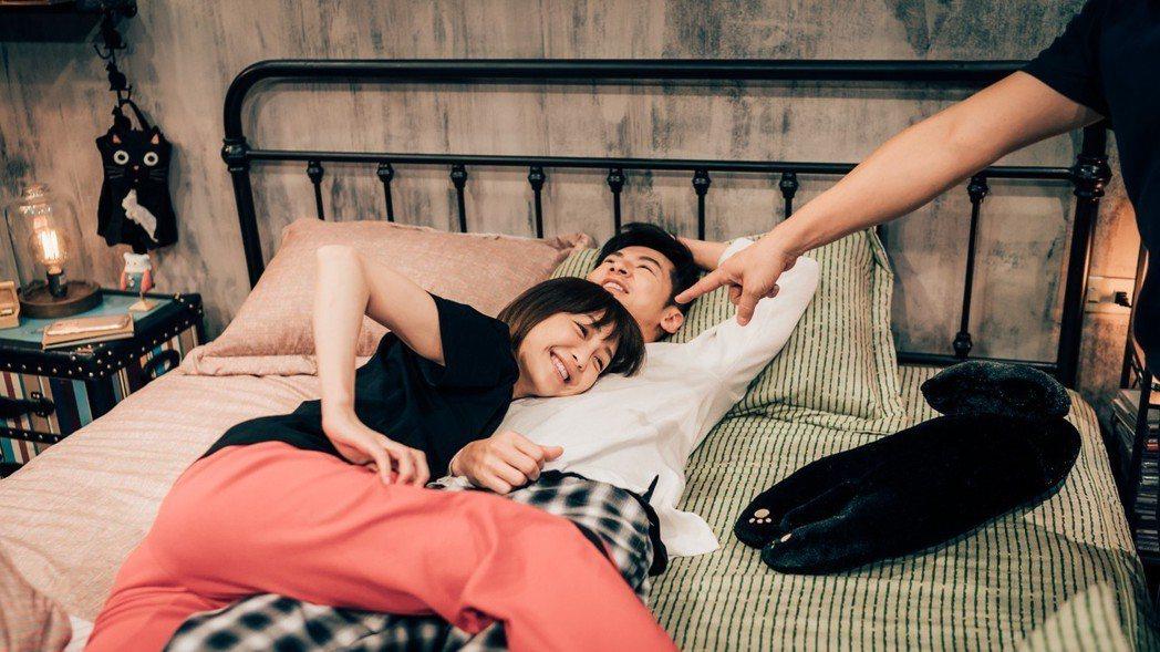 謝欣穎(左)與李國毅的床戲笑料百出。圖/歐銻銻娛樂提供