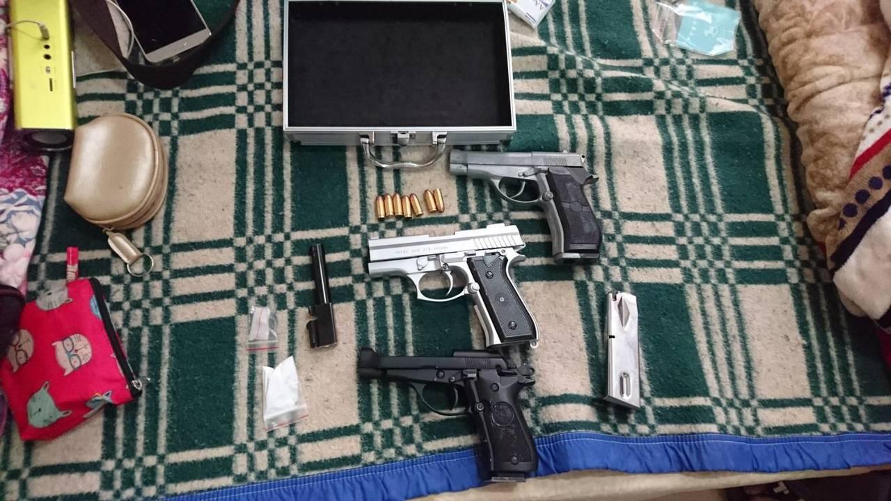 警方發現蕭男利用社區大樓掩護販毒,還起獲改造手槍。記者郭宣彣/翻攝