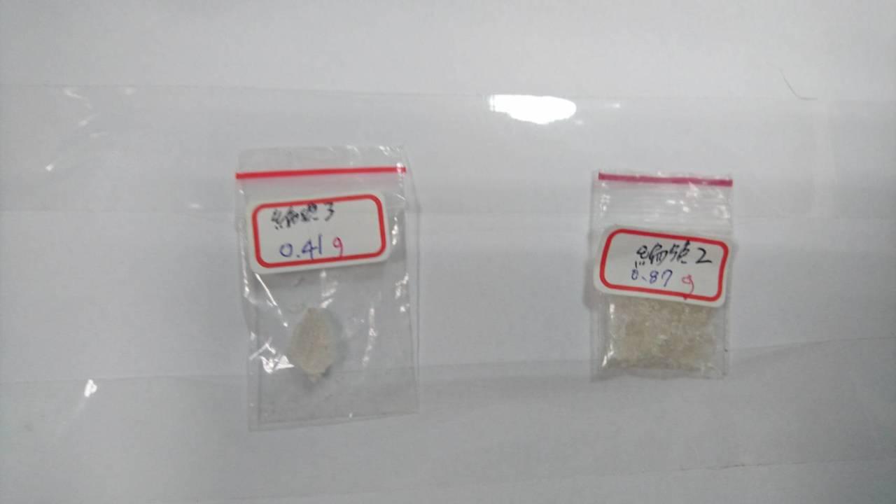 警方在蕭姓男子身上起出毒品。記者郭宣彣/翻攝